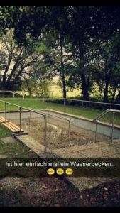 Ein Wasserbecken im Park
