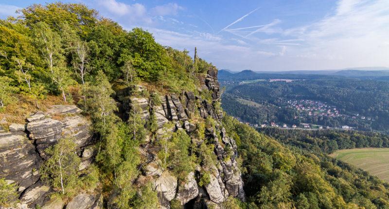 Hier werden die für die Sächsische Schweiz typischen Felsformationen schön sichtbar: von bizarren Felssäulen bis hin zu Felswänden mit den typischen Schichtenstrukturen