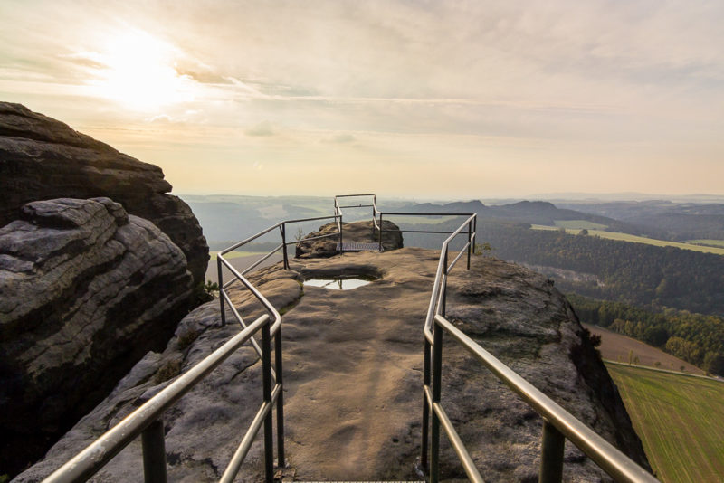 Da ich hier jedoch vercheckt habe ein Foto zu machen, an dieser Stelle eins bei tief stehender Sonne ganz oben auf dem Lilienstein :-)