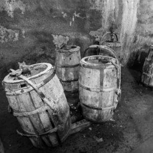 Ein Paar Alte Wasserfässer. Erst Vor Wenigen Jahren Wurden Sie Bei Wartungsarbeiten In Heilem Zustand Im Brunnen Entdeckt.