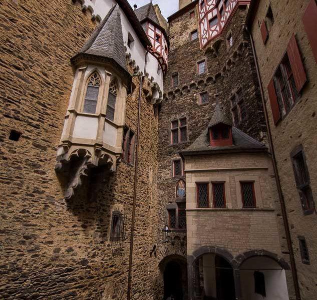 Der Verwinkelte Innenhof Der Burg
