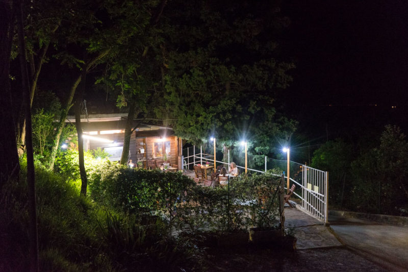 Gemütliche Runde am Abend im Restaurant in Italien