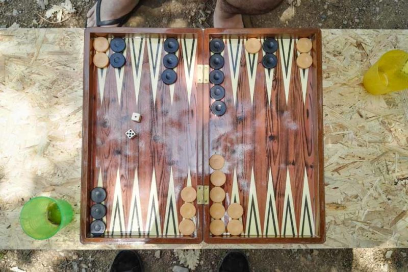 Backgammon am Campingplatz