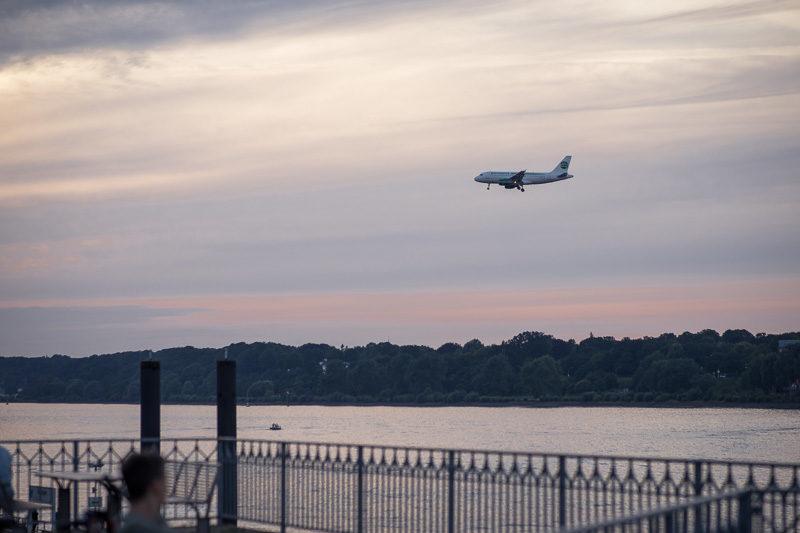 Flugzeug im Landeanflug am Airbusgelände Hamburg