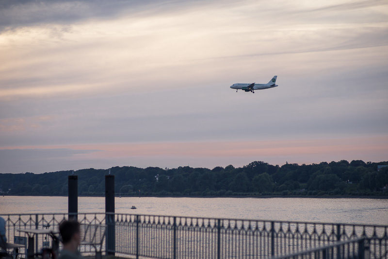Flugzeug landet in Hamburg